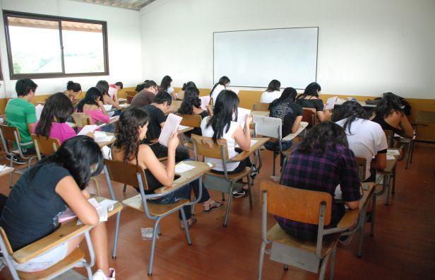 Los estudiantes follan en clase